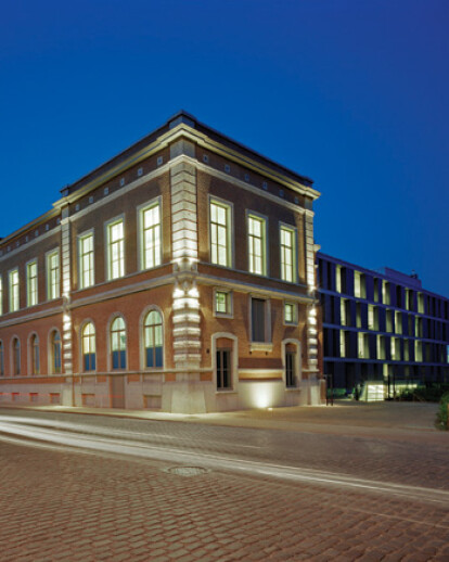 Bank J. Van Breda & Co. - Reconversion of an old goods station into offices + extension