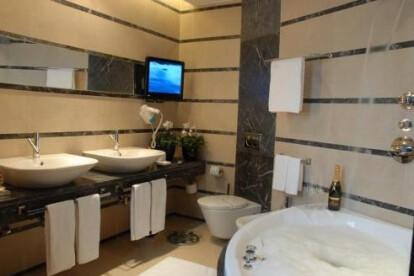 Bathroom made of Grigio Carnico and Crema Marfil Marbles