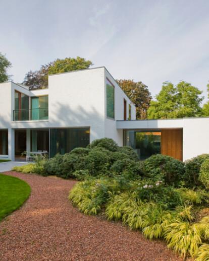 AVEK – House in a garden park