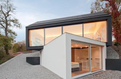 Black on white – studio house