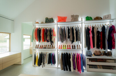 Walk-in dressing room with open Wall elements
