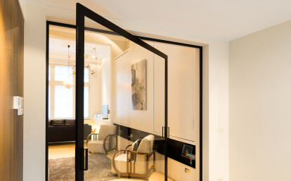 Glass pivot door with central axis