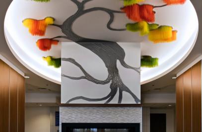 Sous le grand arbre : racine, feuille et fleur