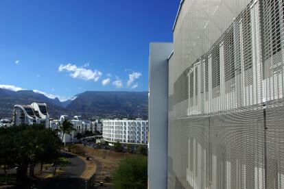 Architectural wire mesh facade