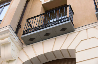 SPECIAL BALCONY PIECE IN THE TEMPO BUILDING