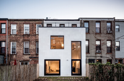 An Extended Townhouse / Shapes of Space