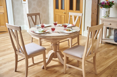 106cm Cobham Oak Round Extending Single Pedestal Dining Table with 4 Big Cross Dining Chairs