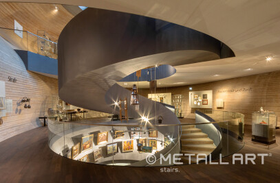 All-glass railings for steel stairs