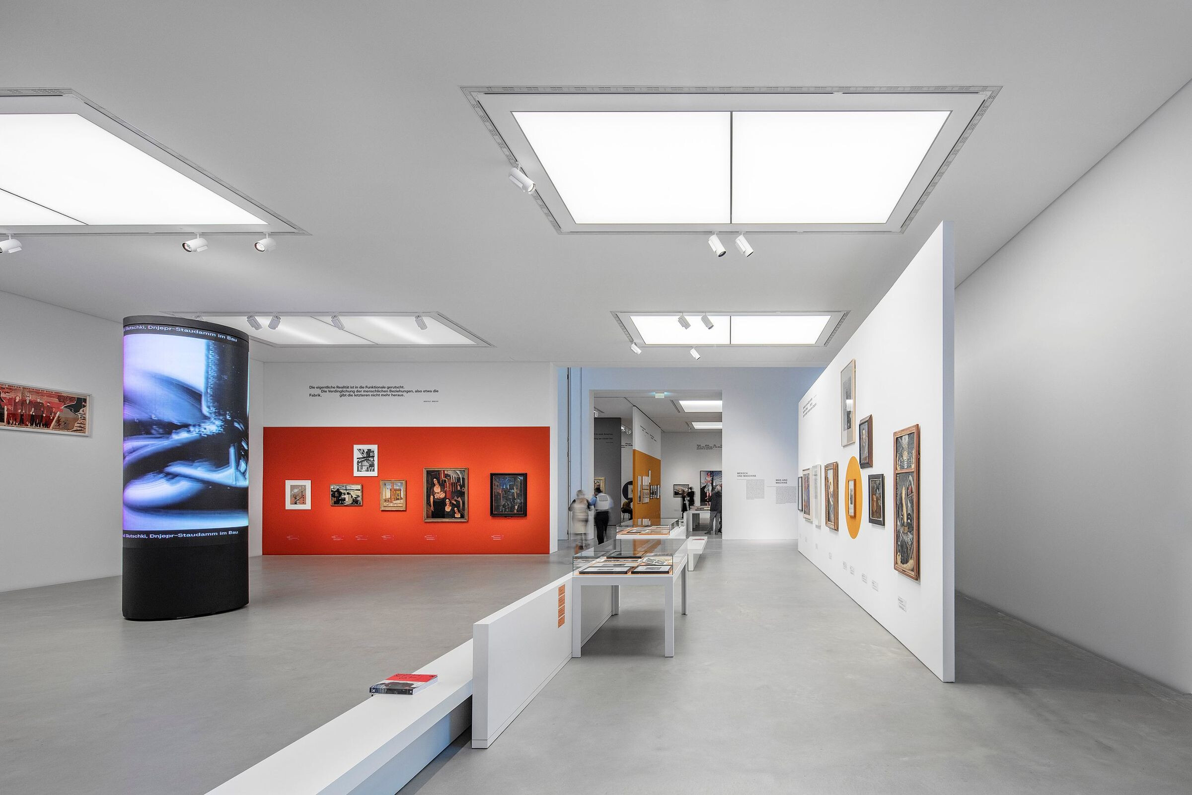 The exhibits and the atrium are highlighted using ARCOS 3 LED xpert spotlights from Zumtobel. The result: flawless accents and excellent efficiency.