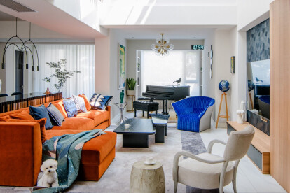 We transformed the original stairwell into a living room, and continued to open the skylight, so the light was fully introduced into the house and left a shining warmth on the orange sofa.