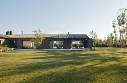 110_House in the poplar