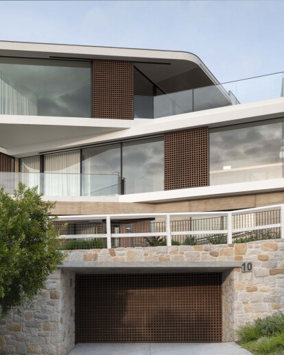 Luigi Rosselli angles multi-leveled house precisely to optimize ocean views