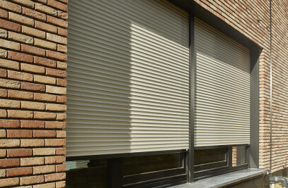Building airtight with roller shutters