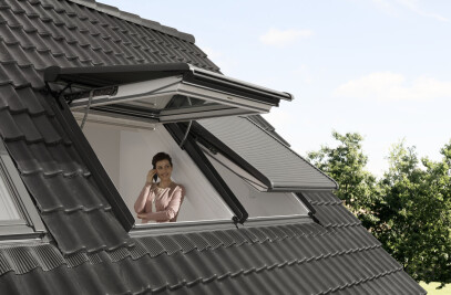 Electric top-hung roof window