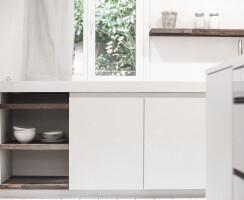 The white colour gives the concrete kitchen a certain lightness