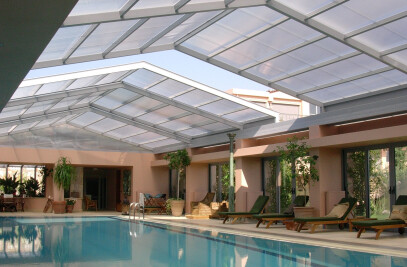 Swimming pool cover with retractable  roof