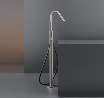 GRA14 - Free-standing progressive mixer for bathtub H. 985 mm with swivelling spout and cylindrical hand shower Ø 18 mm