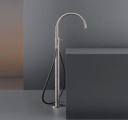 GRA24 - Free-standing progressive mixer for bathtub H. 980 mm with swivelling spout and cylindrical hand shower Ø 18 mm