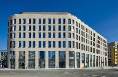 Office and commercial building Postplatz