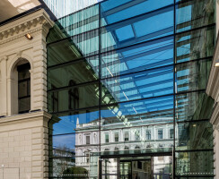 A transparent atrium – constructed from the Jansen VISS façade steel profile system – connects the library to the main university building, making it one continuous space.