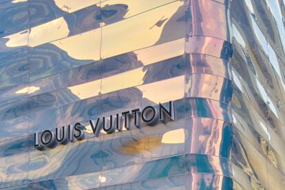 Jun Aoki wraps Louis Vuitton Ginza Namiki in rippling dichroic glass