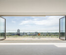 Opening up the living space: Folding glass walls with a width of up to 7.50 metres, a height of 2.70 meters and a leaf width of approx. 0.90 metres were installed in the residential complex.