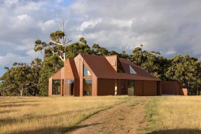 Contemporary Coopworth reimagines the traditional Tasmanian farmhouse