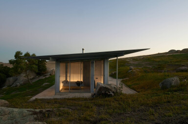 Shack in the Rocks provides simple yet dynamic shelter in the Australian Outback