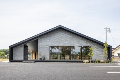 Matsunaga Kiln roadside gallery features a column-free double structure and feeling of floating lightness