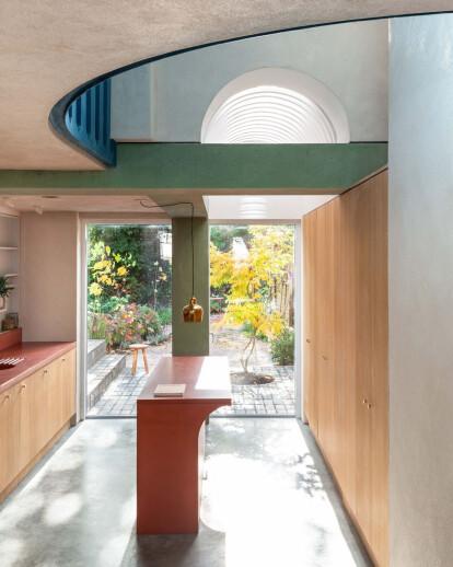 The house recast by Studio Ben Allen explores the potential of pigmented concrete