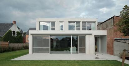 I.s.m.architecten breaks with adjacent Flemish village row houses by opting for a pentagonal shape